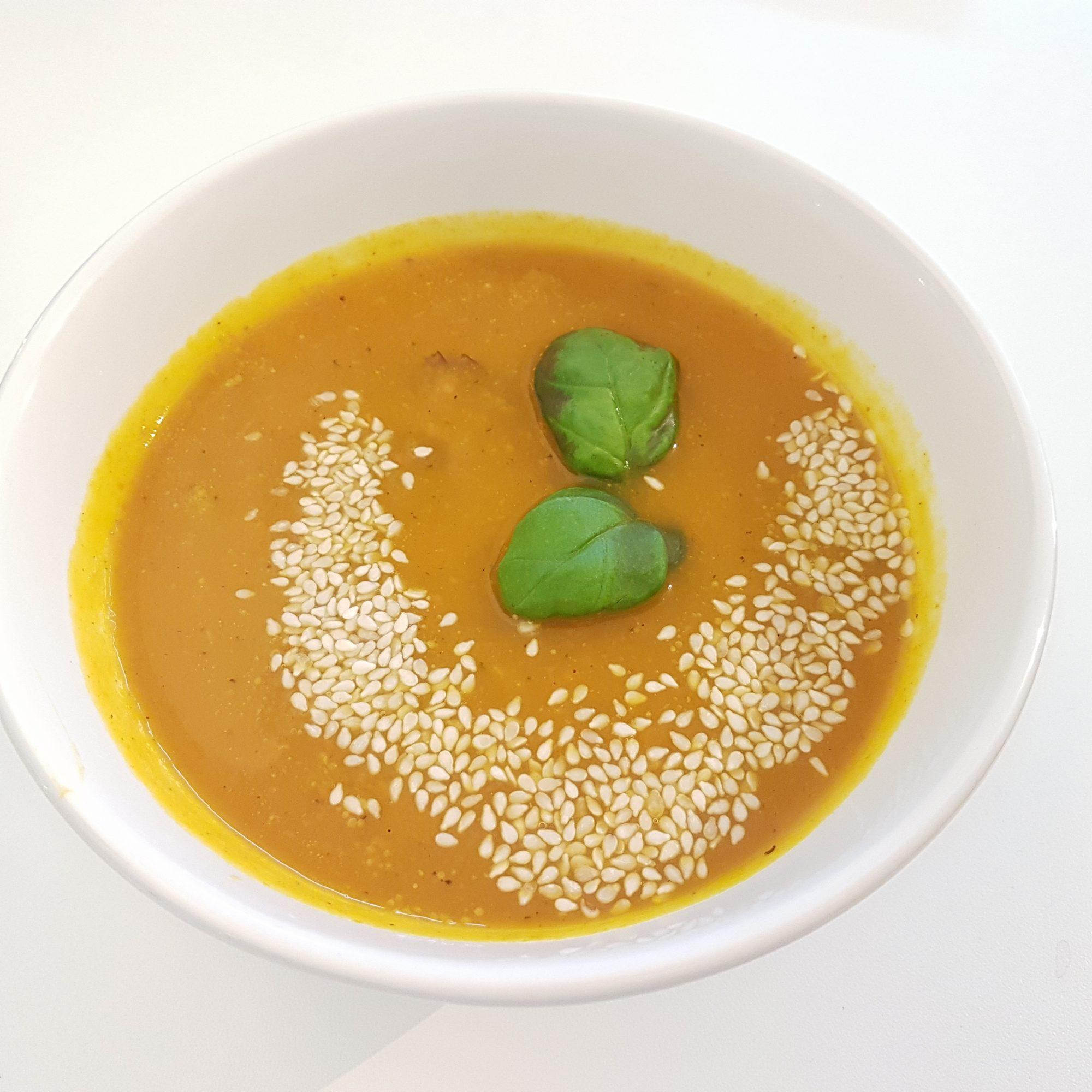 Ik poste al eerder een recept van pompoen en zoete aardappelsoep. Vandaag alleen de pompoen in de soep. Waarom ben ik nou zo enthousiast over de pompoen? De pompoen is een veelzijdige groente die veel te bieden heeft voor je gezondheid en niet duur is. Het is voor veel mensen lastig om voldoende vezels binnen…